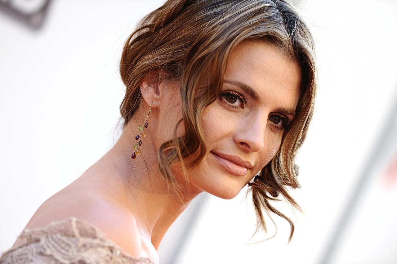 Desktop Hintergrundbilder Stana Katic Braune Haare Haar Gesicht junge frau Blick Prominente Braunhaarige Mädchens junge Frauen Starren