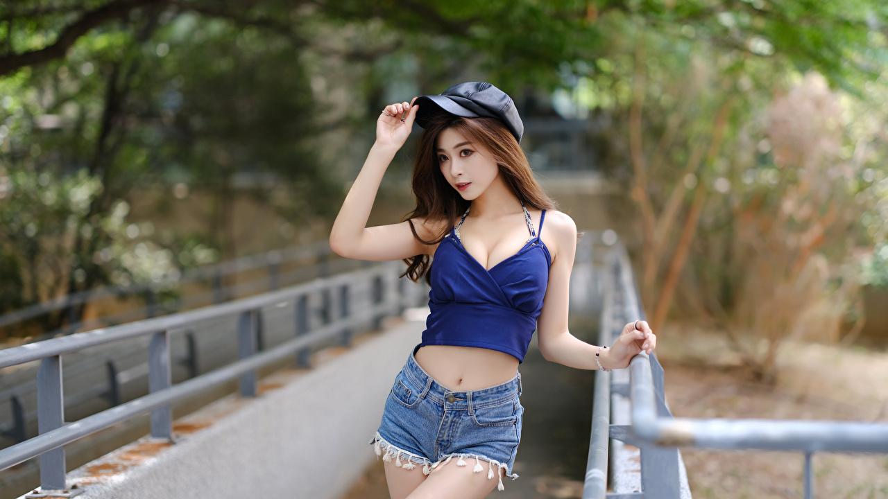 Fotos Bokeh Pose Mädchens Unterhemd asiatisches Shorts Baseballcap unscharfer Hintergrund posiert junge frau junge Frauen Asiaten Asiatische baseballkappe baseballmütze