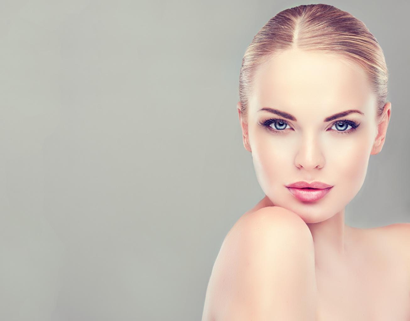 Fotos Model Schminke Schön Gesicht Mädchens Blick Grauer Hintergrund Make Up hübsch schöne hübsche schöner schönes hübscher junge frau junge Frauen Starren