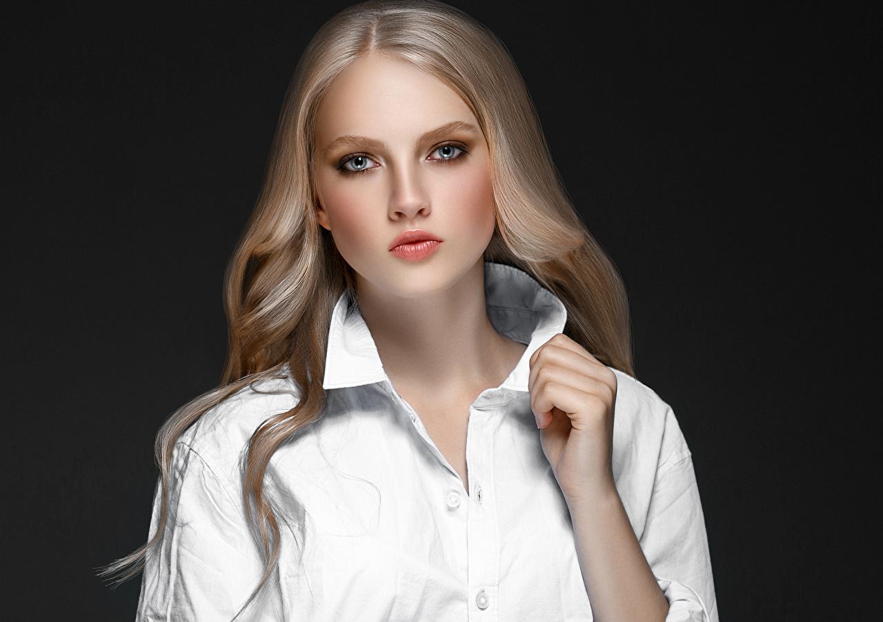 Fotos von Blondine Hemd Mädchens Hand Starren Grauer Hintergrund Blond Mädchen Blick