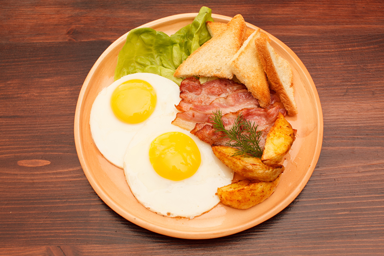 Tapety na pulpit Jedzenie Talerz Ziemniak Chleb Boczek Jajka sadzone Produkty mięsne żywność talerzu