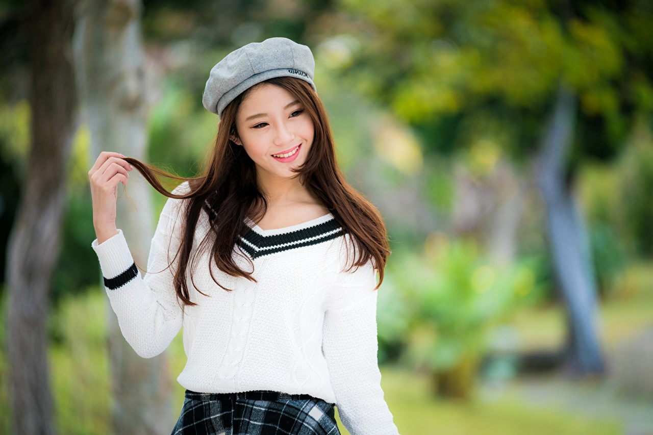 Desktop Hintergrundbilder Braune Haare Lächeln Bokeh junge frau Asiaten Hand Blick Braunhaarige unscharfer Hintergrund Mädchens junge Frauen Asiatische asiatisches Starren
