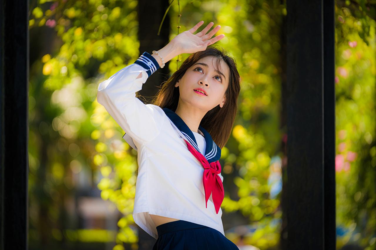 Foto Schulmädchen unscharfer Hintergrund posiert Bluse Krawatte junge frau asiatisches Hand Schülerin Bokeh Pose Mädchens junge Frauen Asiaten Asiatische