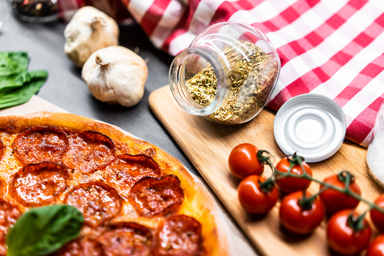 Photo Pizza Sausage Tomatoes Jar Garlic Food Seasoning Cutting board Allium sativum Spices