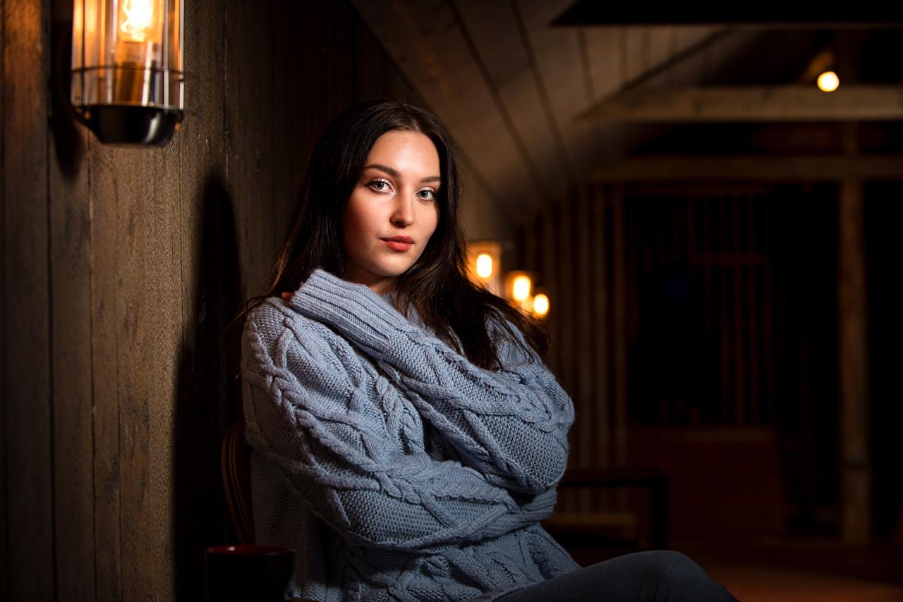 Fotos Brünette junge frau Sweatshirt sitzt Blick Mädchens junge Frauen sitzen Sitzend Starren