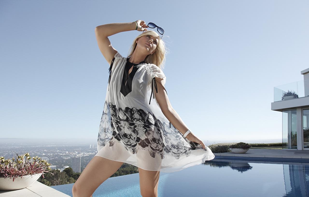Bilder Maria Sharapova Blond Mädchen Pose junge frau Hand Brille Prominente Kleid Blondine posiert Mädchens junge Frauen