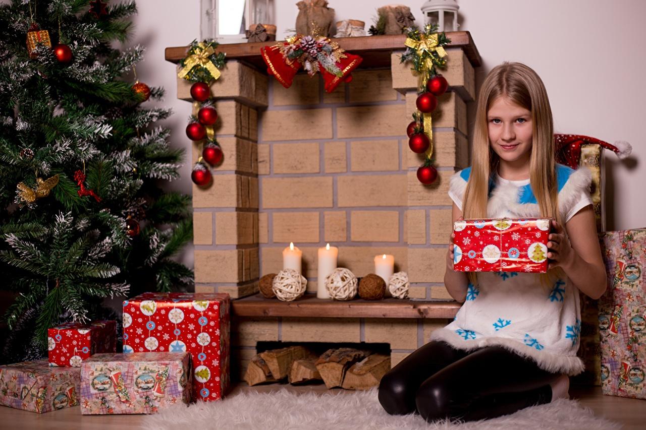 Foto Kleine Mädchen Neujahr Schal Kinder Weihnachtsbaum Geschenke Cheminée Kerzen Sitzend Christbaum Tannenbaum Kamin