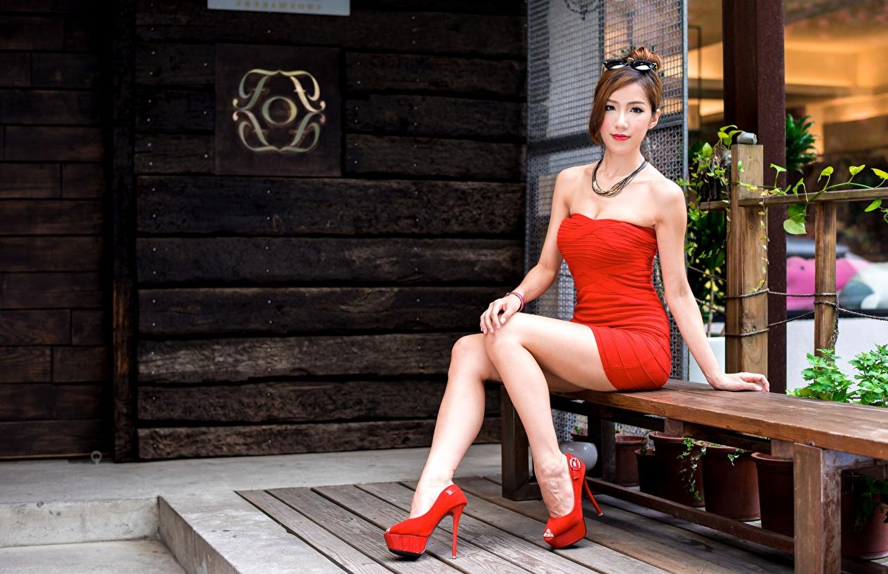 Desktop Hintergrundbilder Mädchens Bein Asiaten Hand Brille Sitzend Bank (Möbel) Kleid High Heels junge frau junge Frauen Asiatische asiatisches sitzt sitzen Stöckelschuh