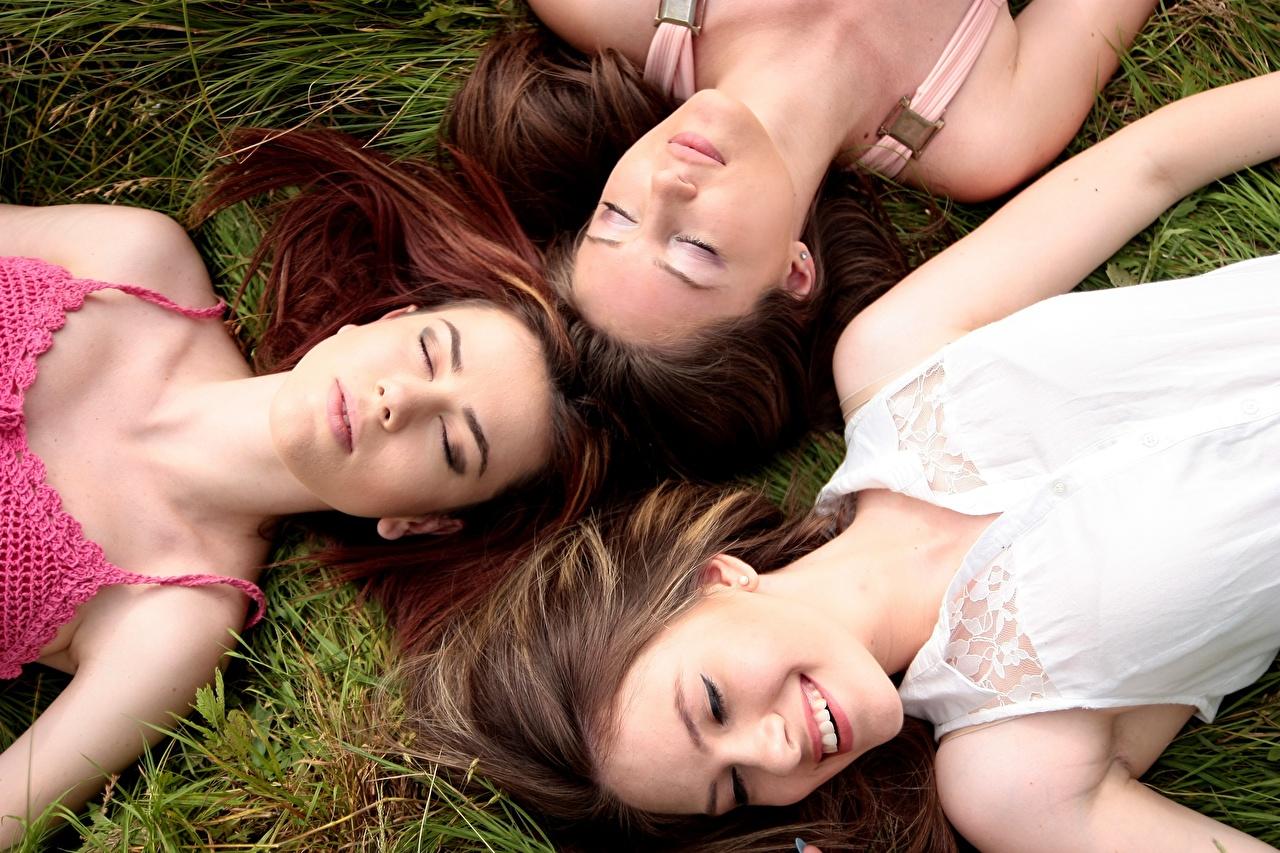 Fotos von Braunhaarige Lächeln ruhen hübsch Schlaf junge Frauen Gras Drei 3 Braune Haare Liegt Liegen hinlegen Schön schöne hübsche schöner schönes hübscher schläft schlafen Mädchens junge frau schlafende schlafendes
