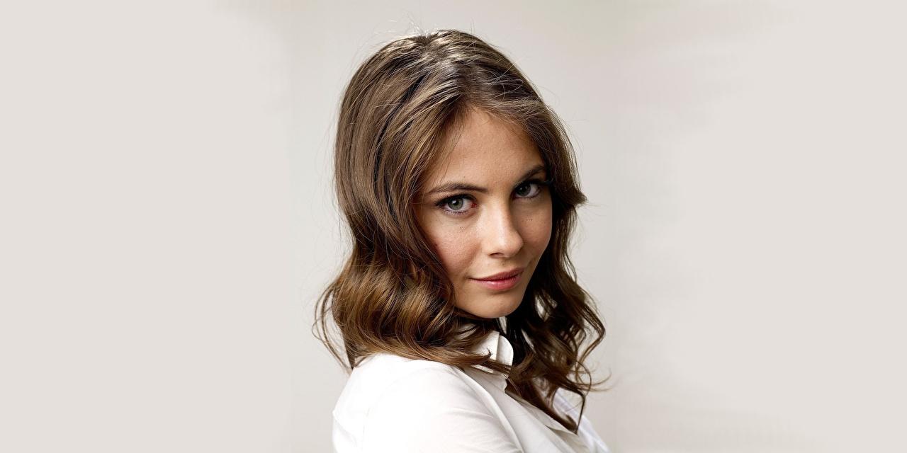 Fotos von Willa Holland Braune Haare Frisuren Haar Mädchens Blick Prominente Grauer Hintergrund Braunhaarige Frisur junge frau junge Frauen Starren