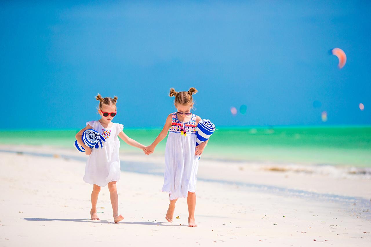 75f4399e48 Foto Kleine Mädchen Kinder Strand 2 Brille Kleid kind Strände Zwei