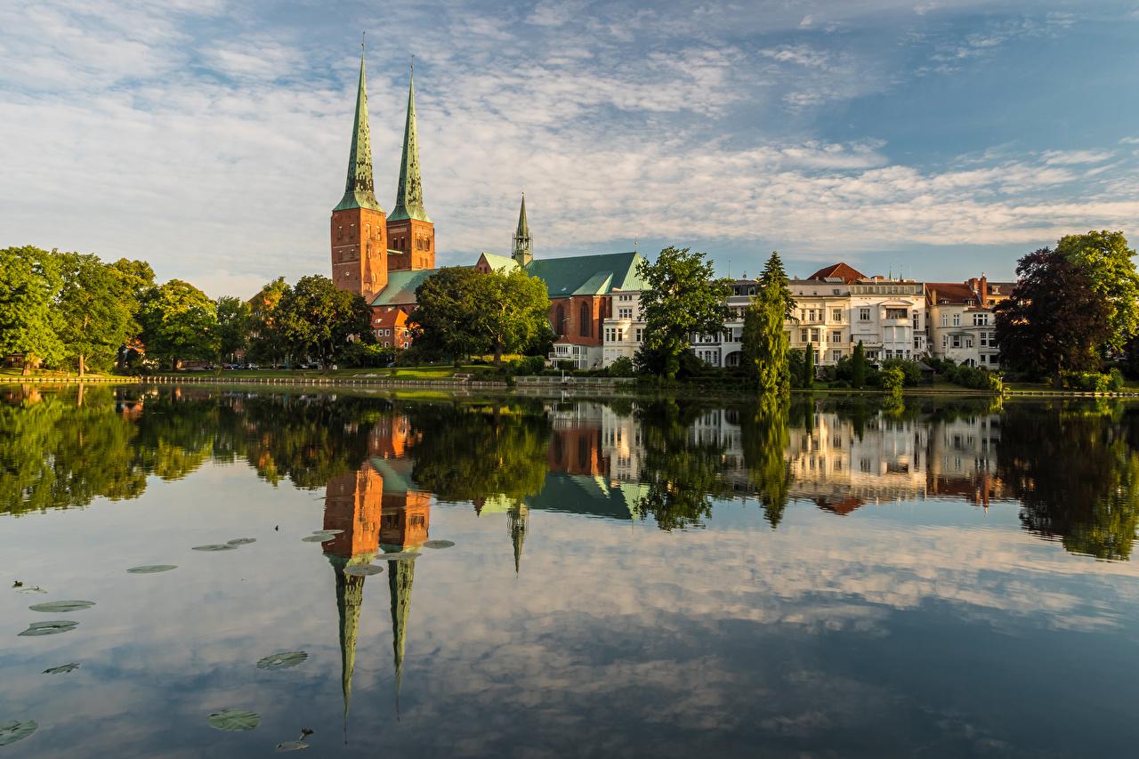 Bilder Deutschland Luebeck Reflexion Fluss Haus Bäume Städte spiegelt Spiegelung Spiegelbild Flusse Gebäude