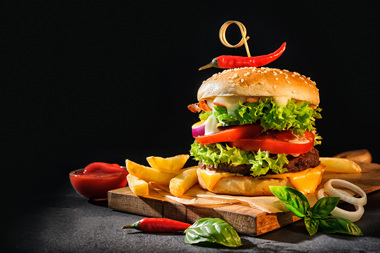 Bilder Fritten Hamburger Chili Pfeffer Brötchen Gemüse das Essen Schneidebrett Schwarzer Hintergrund Burger Pommes frites Lebensmittel