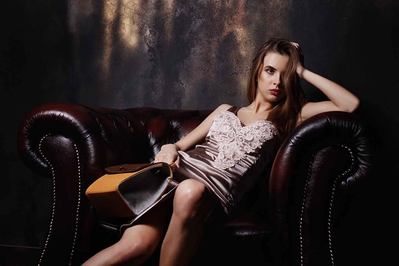 Foto Viacheslav Krivonos Alice junge Frauen Sessel Sitzend Handtasche Blick Kleid Mädchens junge frau sitzt sitzen Starren