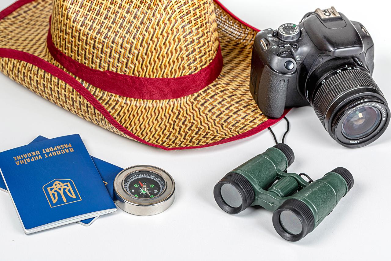 Desktop Hintergrundbilder Ukraine Touristik Kompass Fotoapparat binoculars Der Hut Weißer hintergrund Tourismus