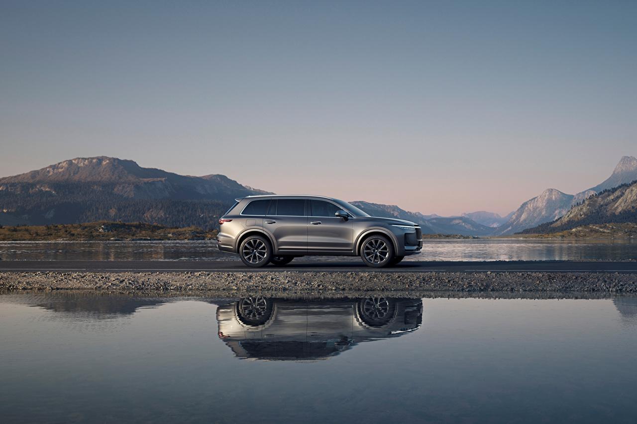 Bilder von chinesischer Crossover Lixiang ONE, 2020 graue Reflexion Wasser Seitlich automobil Metallisch Chinesisch chinesische chinesisches Softroader Grau graues spiegelt Spiegelung Spiegelbild auto Autos