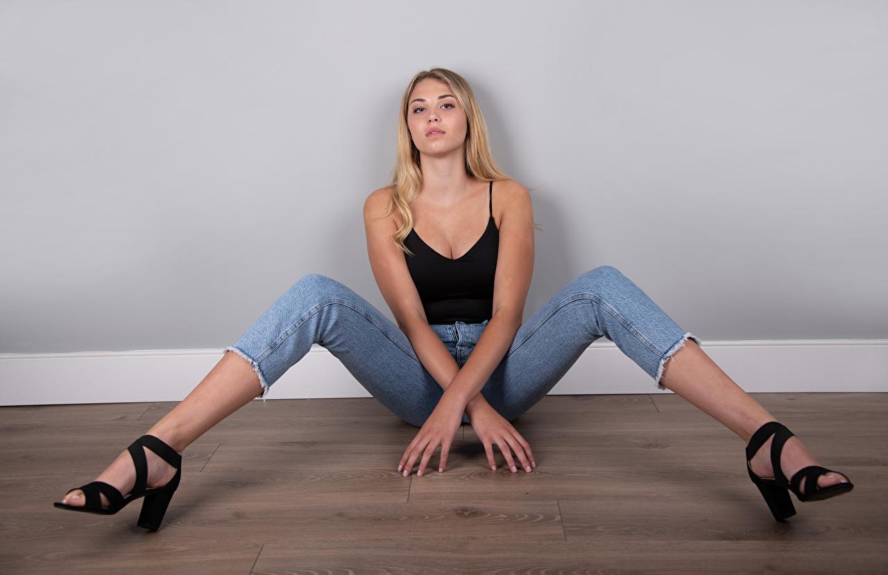 Desktop Hintergrundbilder Mia Chagnon Blond Mädchen Model Pose Mädchens Bein Unterhemd sitzt Blick Blondine posiert junge frau junge Frauen sitzen Sitzend Starren
