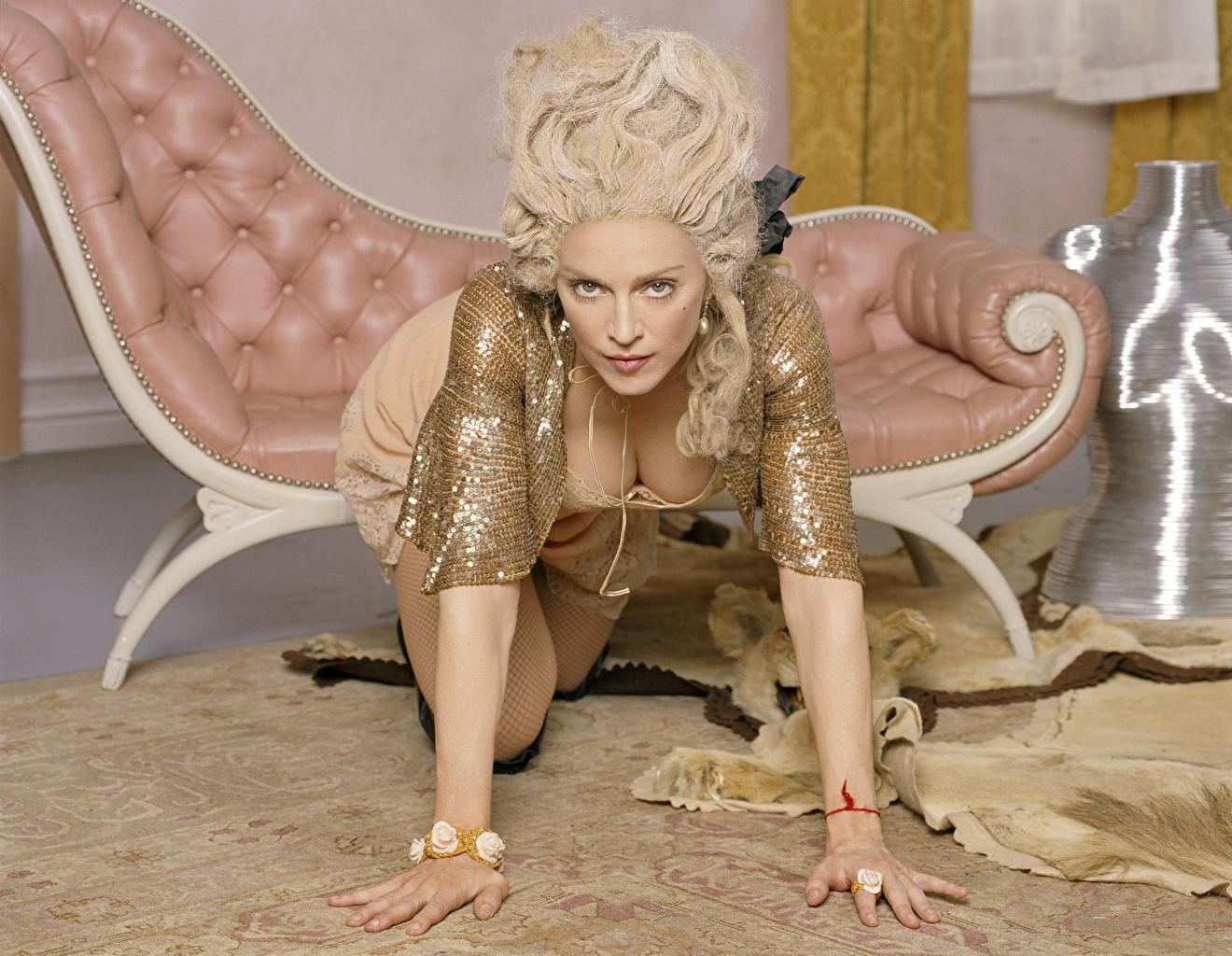 Bilder von Madonna Blondine Pose dekolletee junge frau Hand Starren Blond Mädchen posiert Dekolleté Mädchens junge Frauen Blick