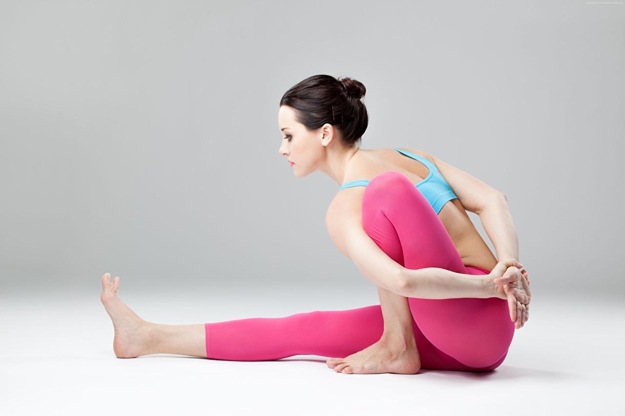 Bilder Brünette Yoga posiert junge Frauen Bein Hand sitzt Seitlich Joga Pose Mädchens junge frau sitzen Sitzend