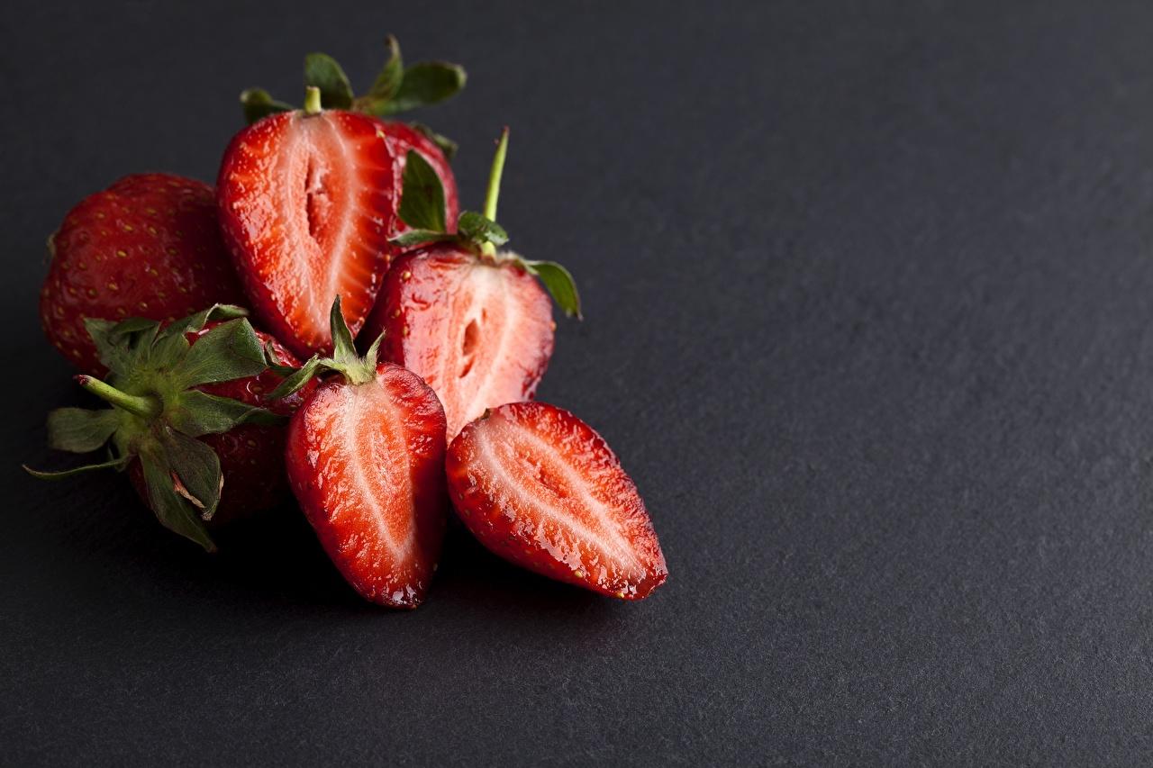 Bilder von Rot Erdbeeren Beere Lebensmittel geschnittenes Grauer Hintergrund das Essen Geschnitten geschnittene