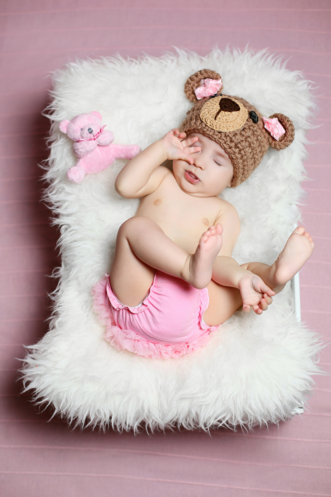 Foto Säugling kind Mütze Teddy Farbigen hintergrund Baby Kinder Teddybär Knuddelbär