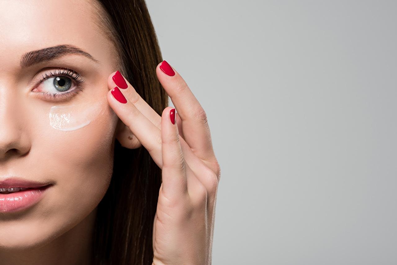 Dedos de la mano Modelo Cara Maquillaje Fondo gris Manicure mujer joven, mujeres jóvenes, modelaje Chicas