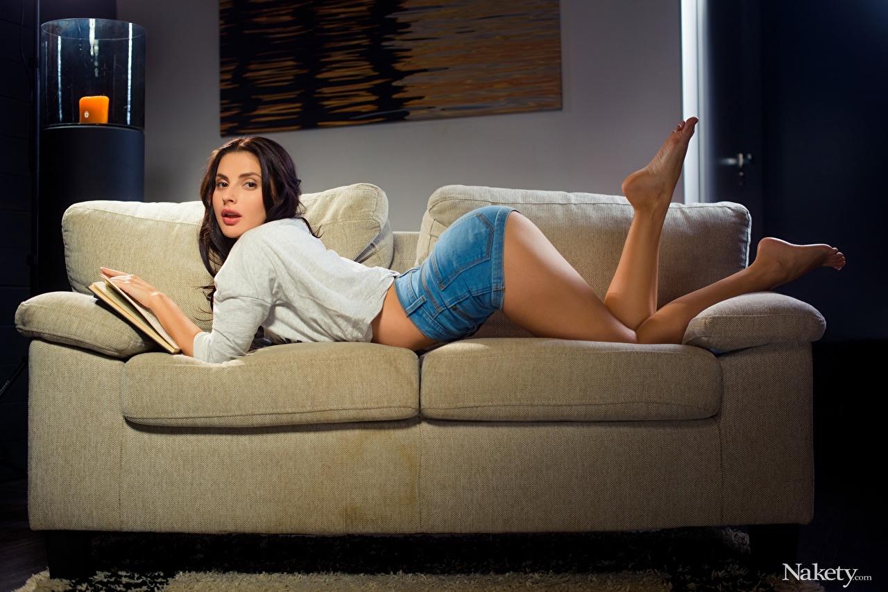 Fotos Brünette Braune Haare Liegen Jasmine Jazz Mädchens Bein Sofa Shorts Bücher Seitlich Braunhaarige Liegt ruhen hinlegen junge frau junge Frauen Buch Couch