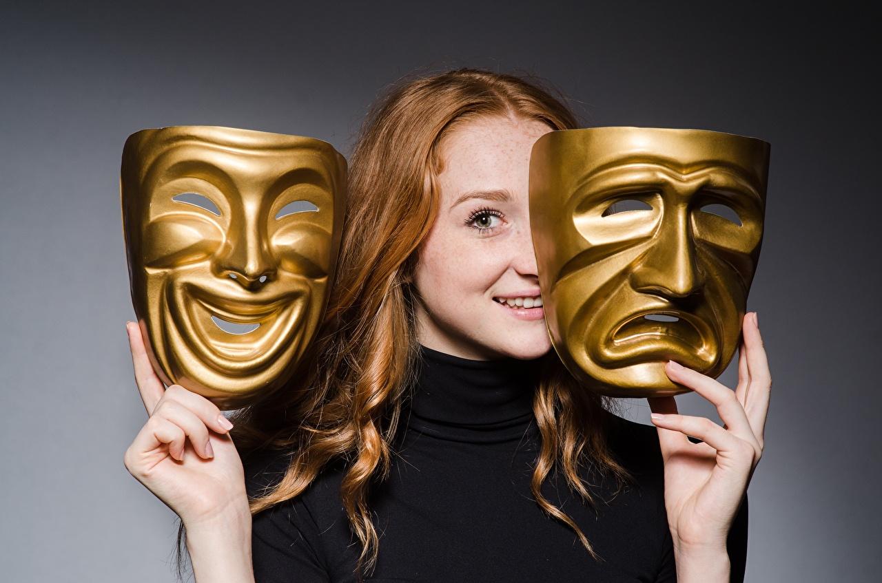 Desktop Hintergrundbilder Rotschopf Lächeln Mädchens Hand Maske Starren junge frau junge Frauen Masken Blick