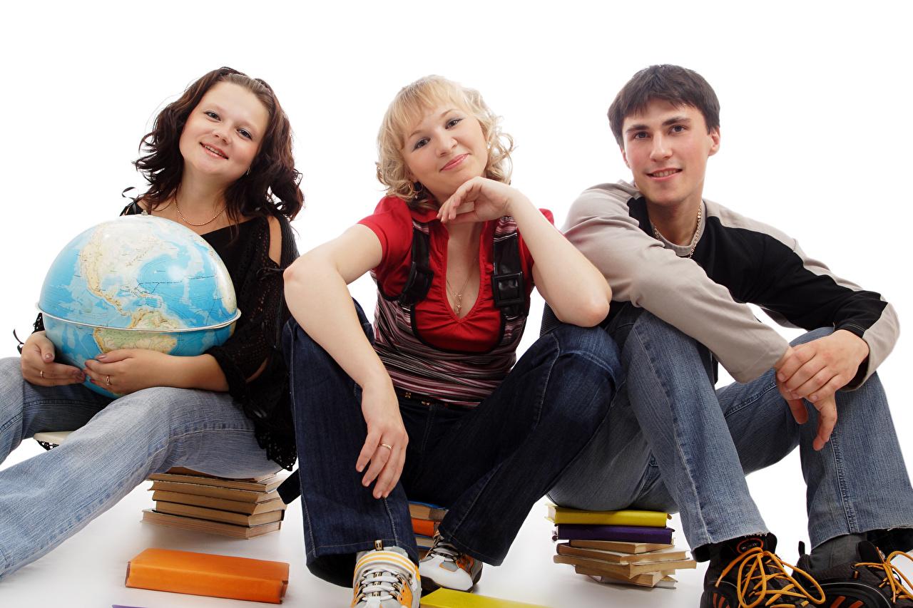 Fotos Schule Globus Junger Mann Mädchens Buch sitzt Drei 3 Weißer hintergrund kerl jugendlich sitzen Sitzend Bücher