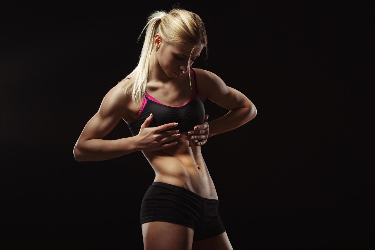 Desktop Hintergrundbilder Blondine Fitness Sport junge frau Hand Bauch Schwarzer Hintergrund Blond Mädchen Mädchens sportliches junge Frauen