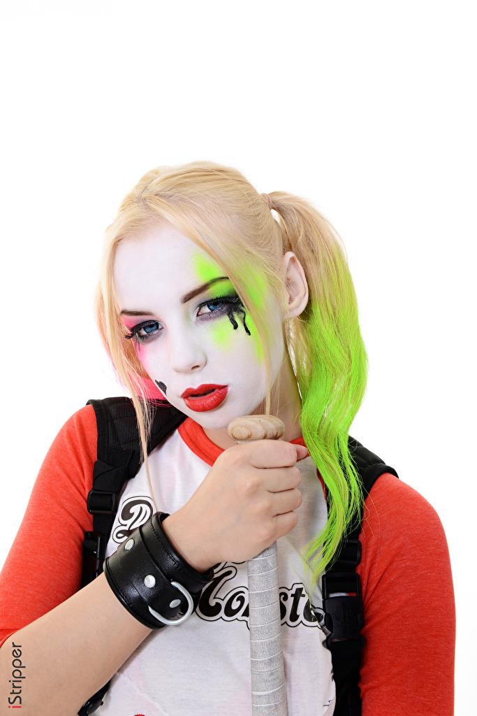 Desktop Hintergrundbilder Estonika Blondine Harley Quinn Held Cosplay iStripper junge frau Hand Blick Weißer hintergrund  für Handy Blond Mädchen Mädchens junge Frauen Starren