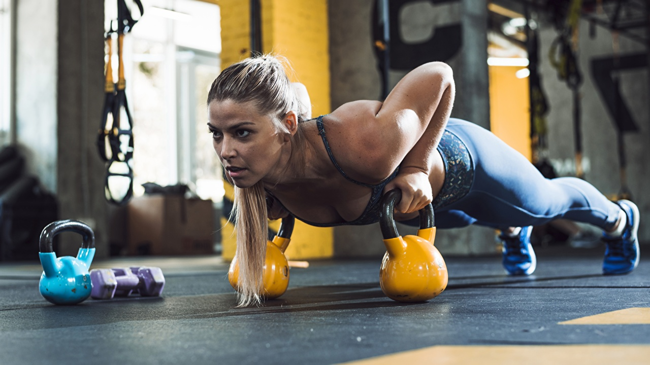 Desktop Hintergrundbilder Unterarmstütz Liegestütz Fitnessstudio Körperliche Aktivität Kugelhantel Fitness Sport junge Frauen Turnhalle Trainieren Mädchens junge frau sportliches