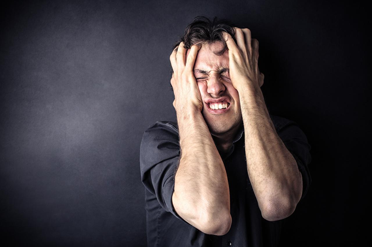 Tapety na pulpit Mężczyźni boi się frustration Ręce mężczyzna Strach przestraszyć