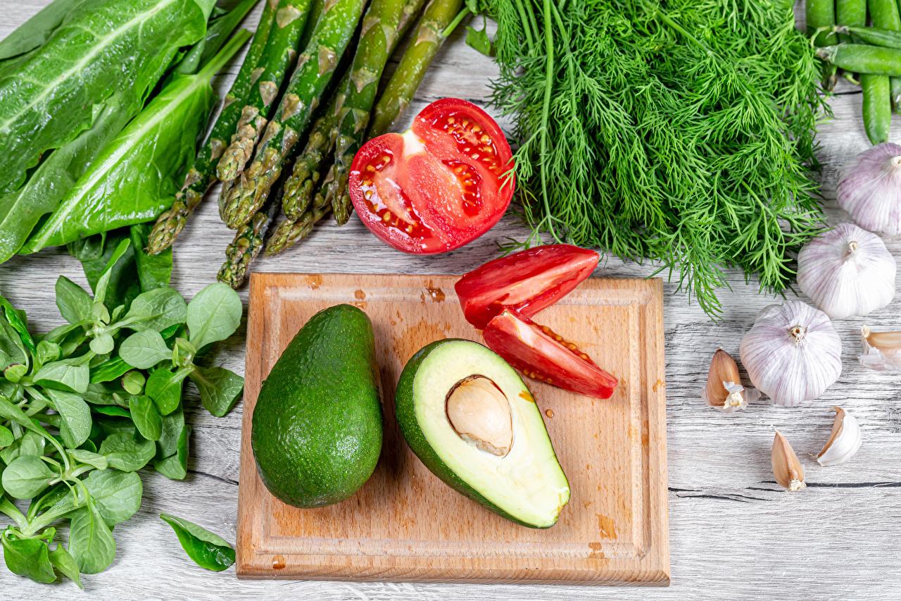 Bilder Spargel Tomaten Dill Avocado Knoblauch Gemüse Lebensmittel Schneidebrett Bretter Tomate das Essen