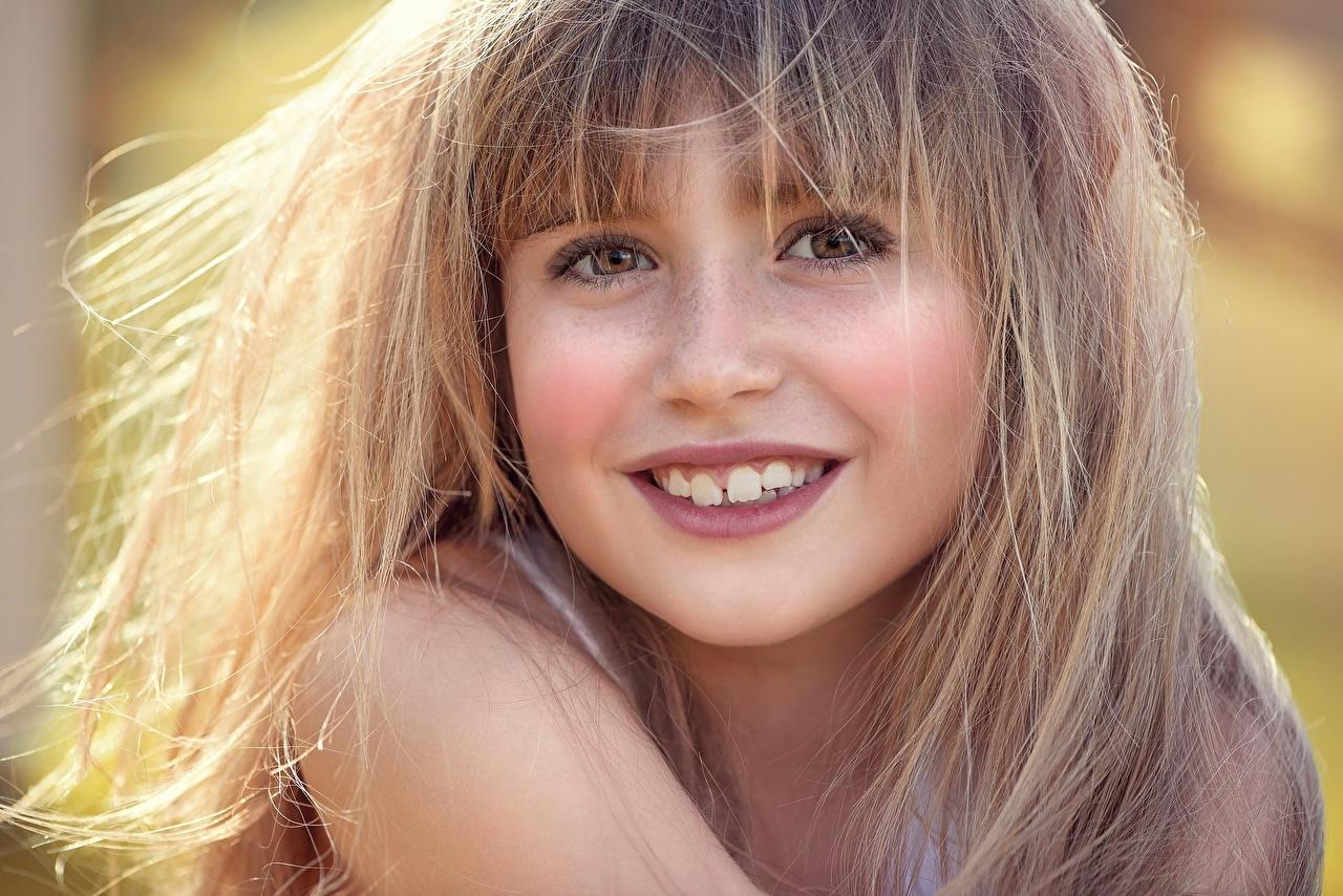 Foto Kleine Mädchen Dunkelbraun Lächeln Schön süßer kind Haar Gesicht Zähne Blick nett Süß süße schöne süßes hübsch hübsche schöner niedlich schönes hübscher Kinder Starren
