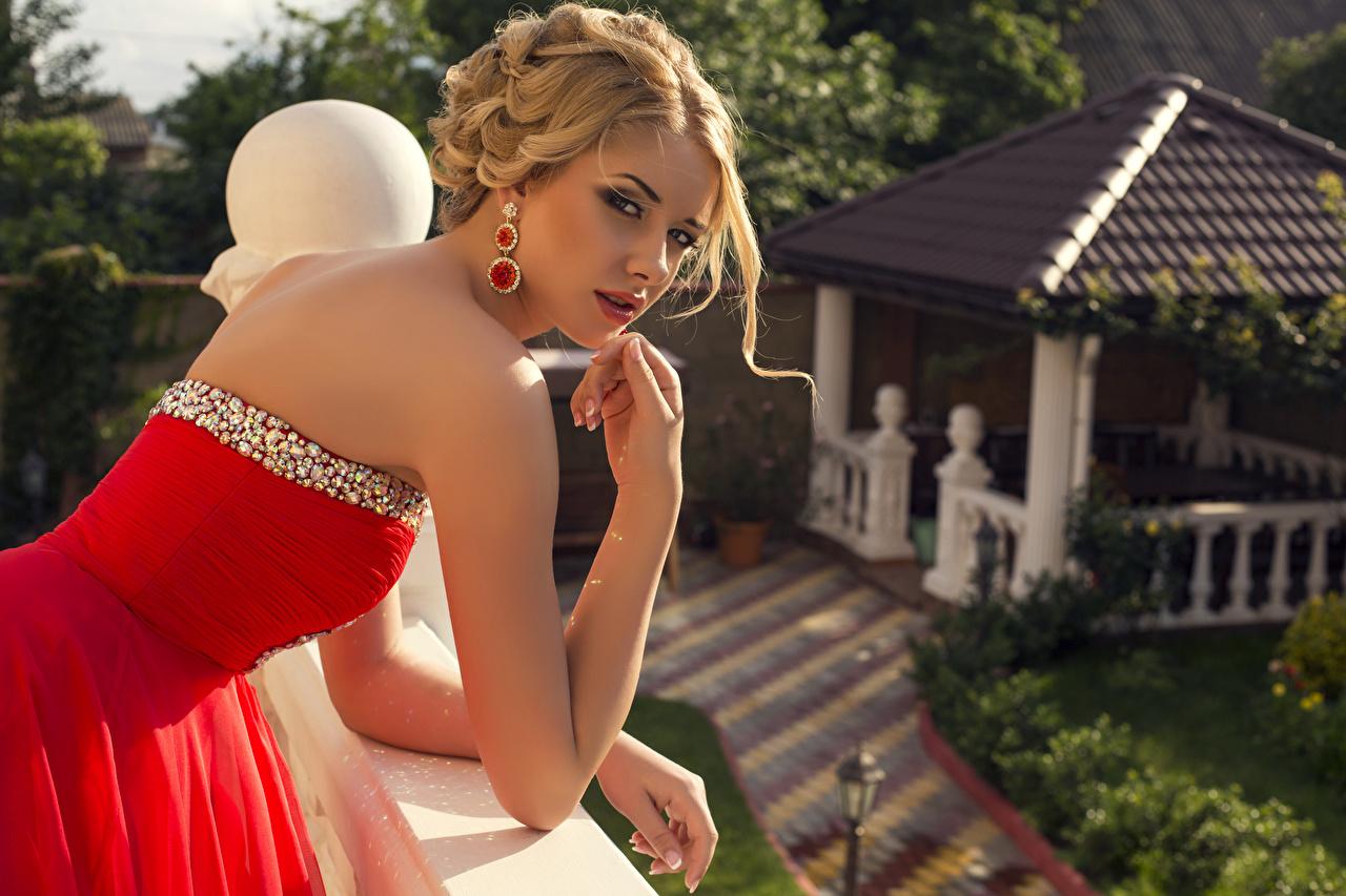 Фото Блондинка Размытый фон молодая женщина Руки серег Взгляд Платье блондинки блондинок боке девушка Девушки молодые женщины рука Серьги смотрит смотрят платья