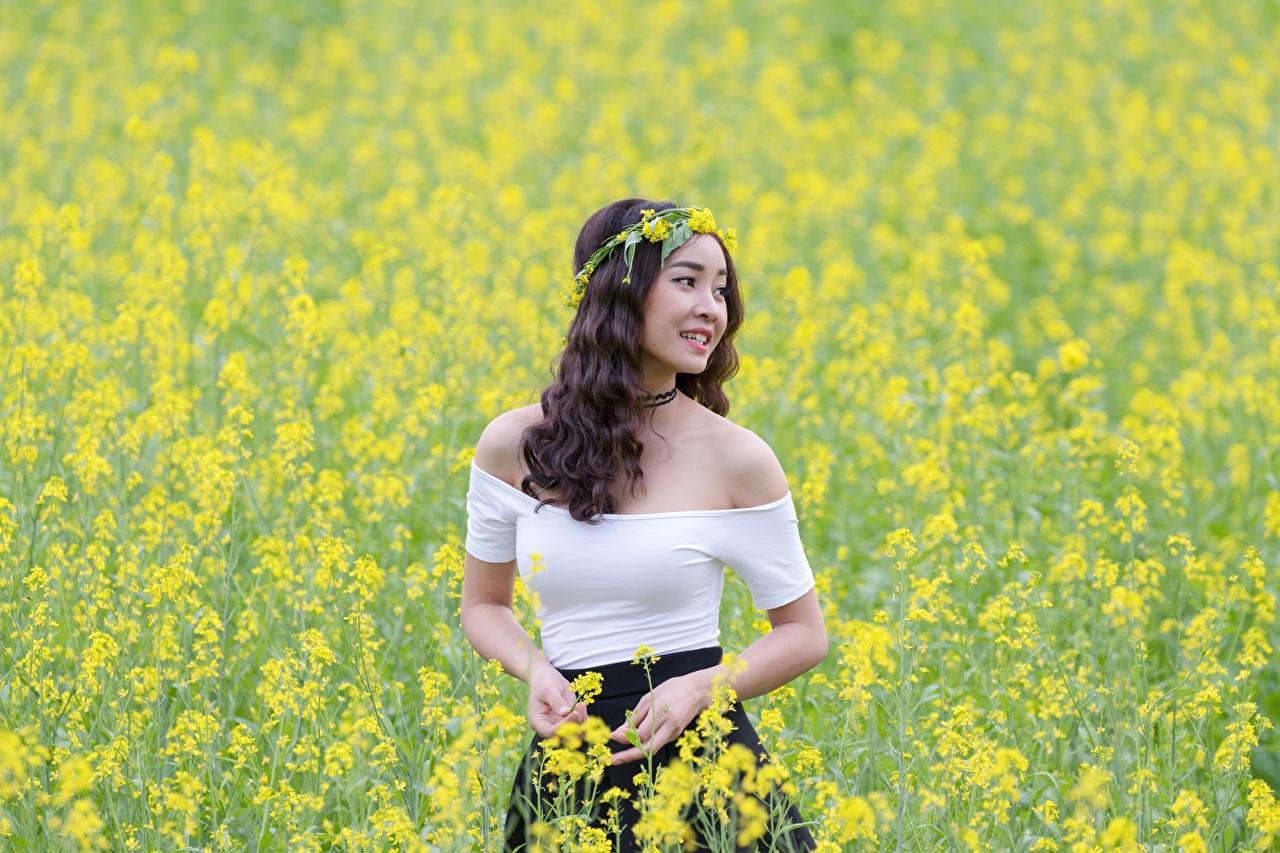 Desktop Hintergrundbilder Lächeln Raps Kranz Mädchens Acker asiatisches junge frau junge Frauen Felder Asiaten Asiatische