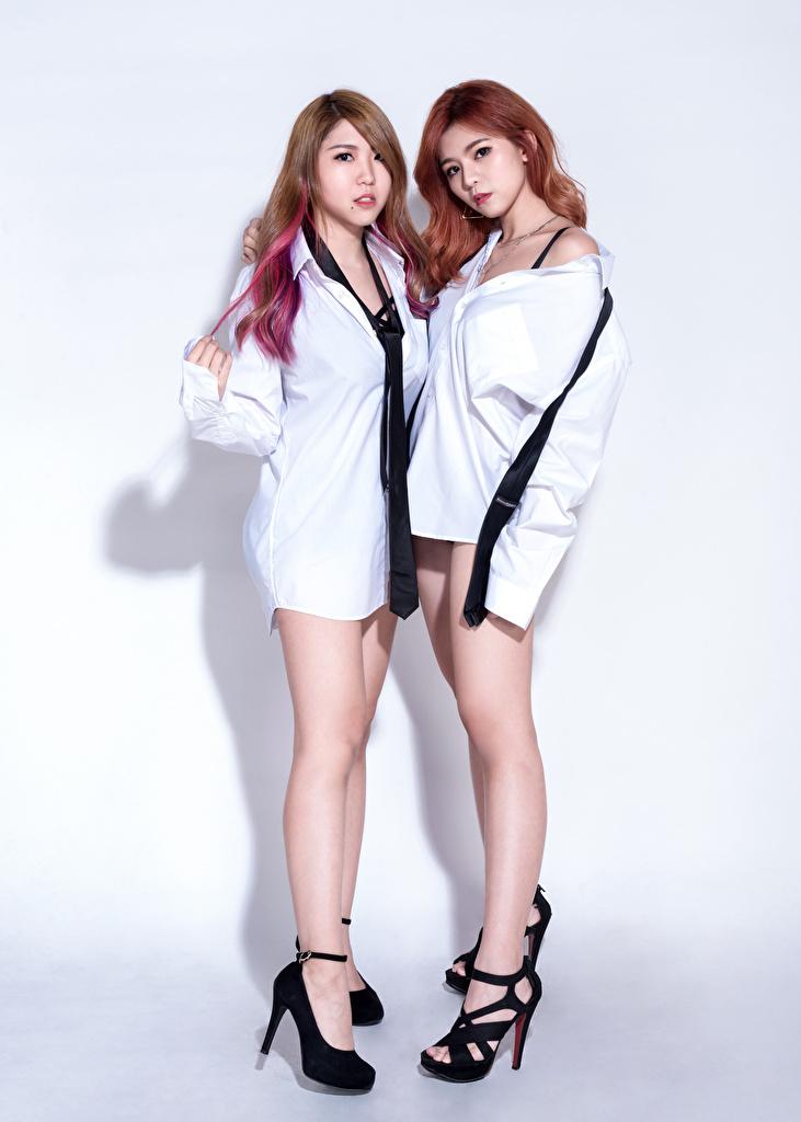 Foto Braune Haare D' Soul 2 Hemd Krawatte Mädchens Bein Asiaten Blick  für Handy Braunhaarige Zwei junge frau junge Frauen Asiatische asiatisches Starren