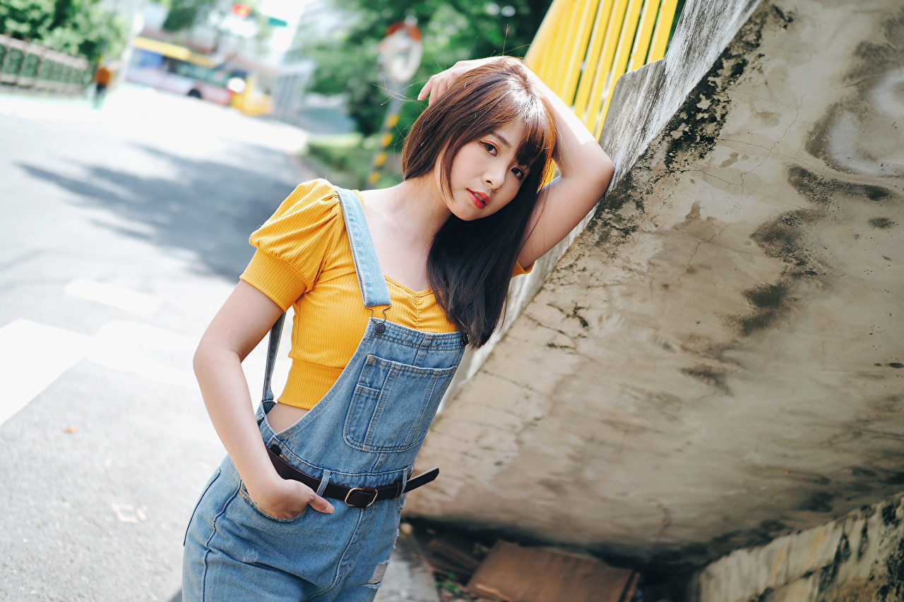 Fotos Braunhaarige posiert junge frau asiatisches Hand Starren Braune Haare Pose Mädchens junge Frauen Asiaten Asiatische Blick