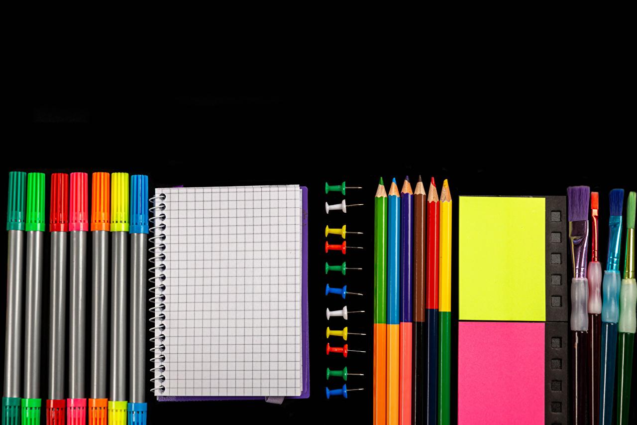 Фотографии Школа карандаш Блокнот Разноцветные Кисточки Черный фон школьные Карандаши карандаша карандашей Кисть на черном фоне