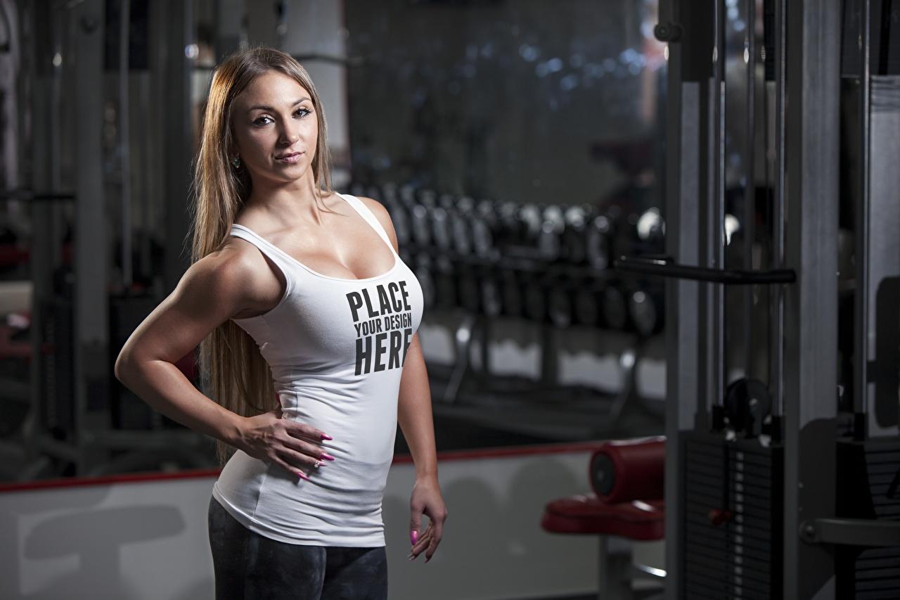 Fotos Englisch posiert Fitness Mädchens Wort Unterhemd Hand Starren englische englisches englischer Pose junge frau junge Frauen text Blick