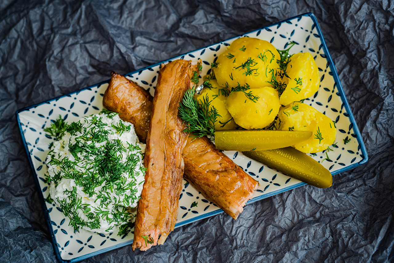 Fotos von Sauerrahm Gurke Kartoffel Dill Lebensmittel Fleischwaren Saure Sahne das Essen