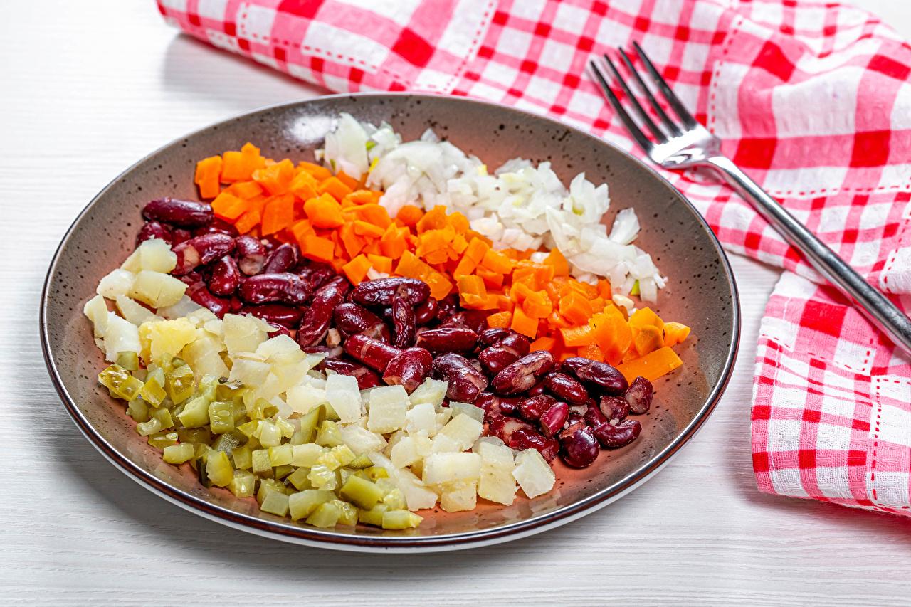 Desktop Hintergrundbilder Bohnen samen Gurke Zwiebel Kartoffel Mohrrübe Teller Gemüse Essgabel Geschnitten Lebensmittel Gabel das Essen geschnittene geschnittenes