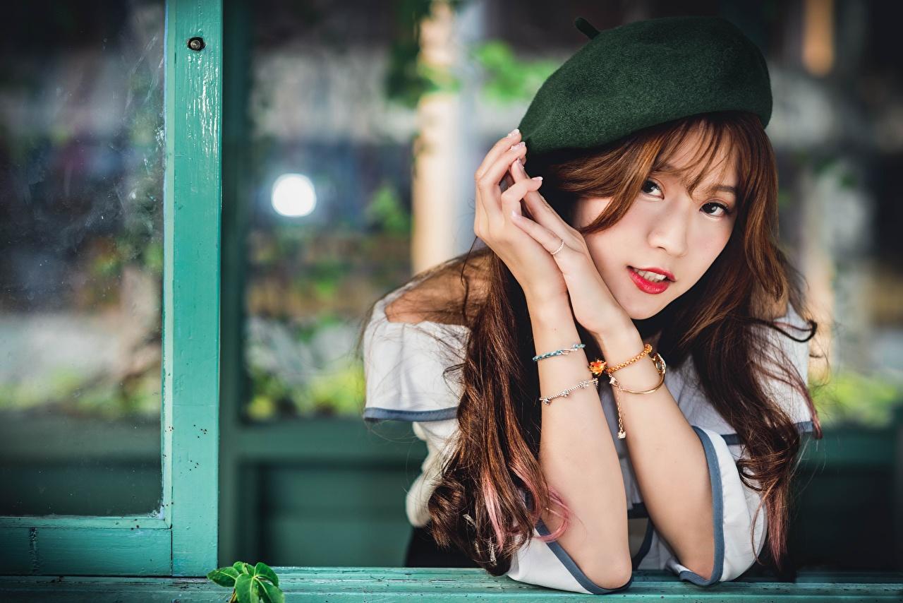 Fotos von Braune Haare Bokeh Barett Mädchens Asiaten Hand Blick Braunhaarige unscharfer Hintergrund junge frau junge Frauen Asiatische asiatisches Starren