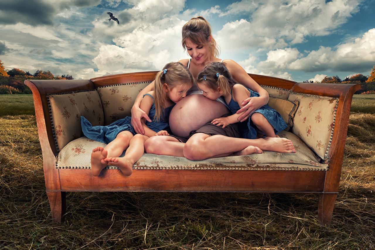 Hintergrundbilder Kleine Mädchen Kinder Zwei Liebe Couch 2 Sofa