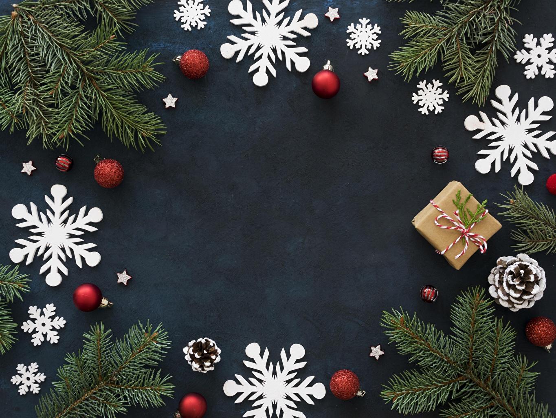 Fotos von Neujahr Schneeflocken Schachtel Geschenke Ast Kugeln Zapfen Vorlage Grußkarte