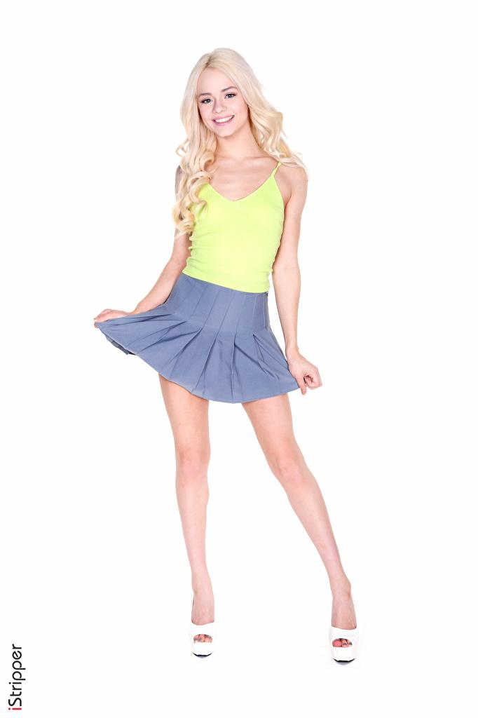 Desktop Hintergrundbilder Rock Blondine Lächeln iStripper Elsa Jean junge frau Bein Hand Weißer hintergrund Stöckelschuh  für Handy Blond Mädchen Mädchens junge Frauen High Heels