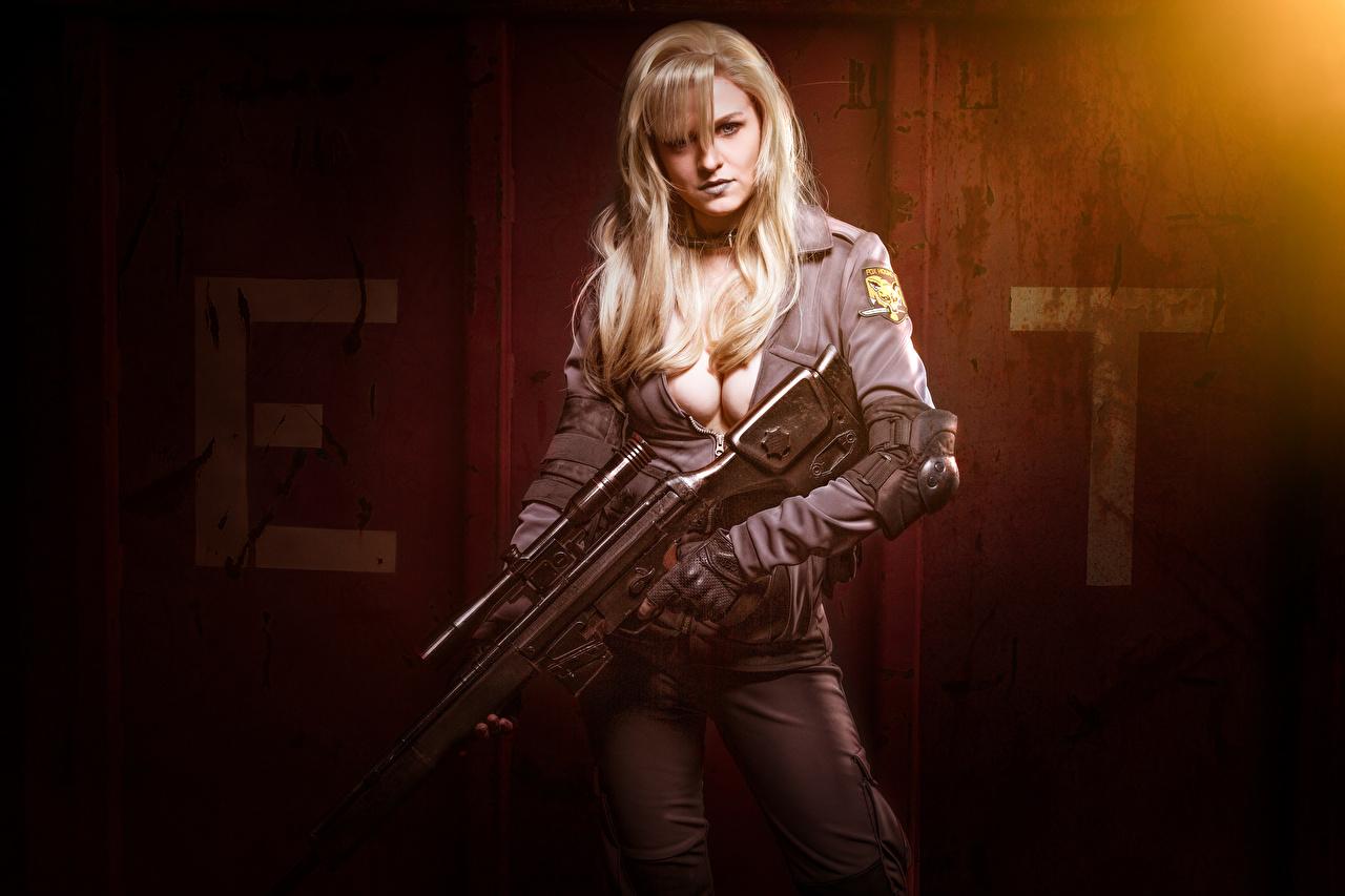 Bakgrunnsbilder Skarpskyttergevær Blond jente Cosplay Dekolletasje Unge kvinner Uniform ser Blonde utringning ung kvinne Blikk