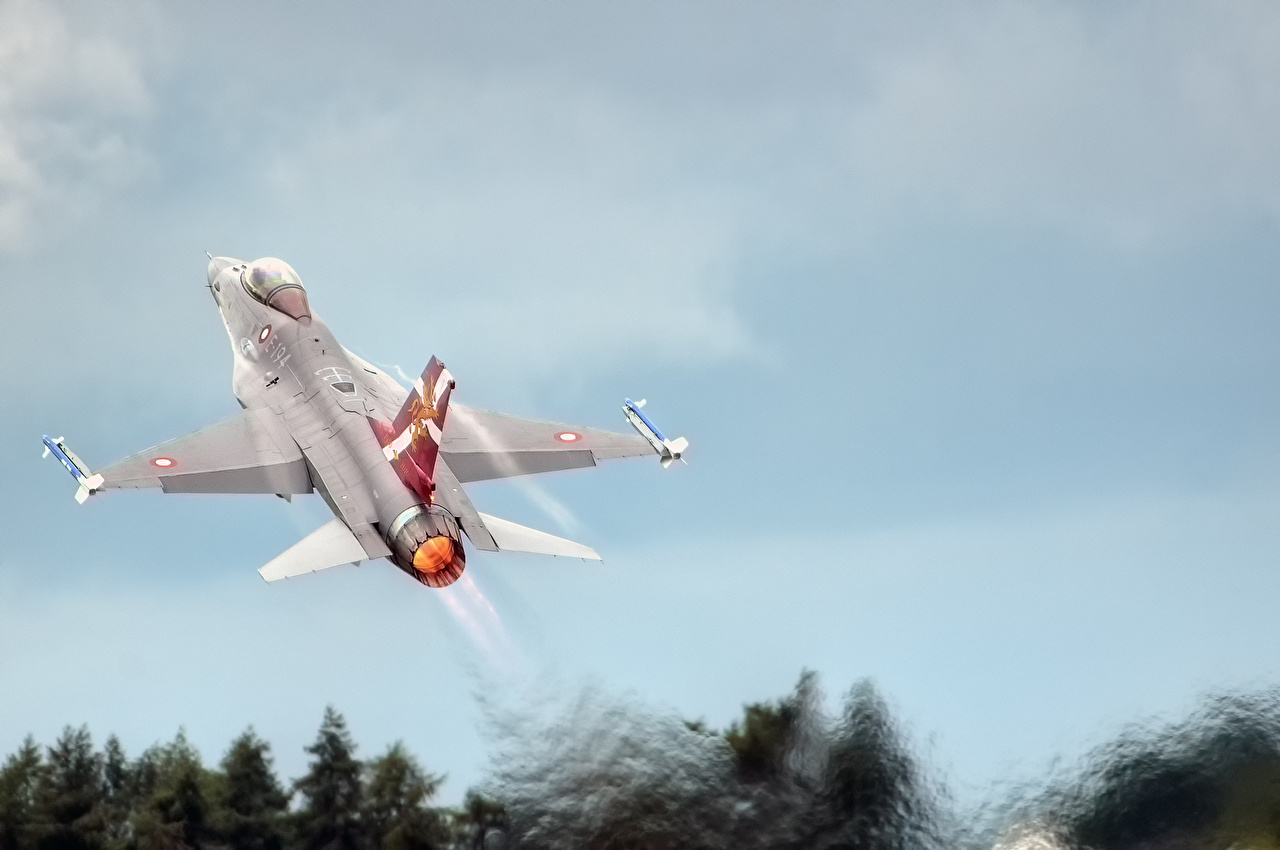 Photo Fighter Airplane Airplane F-16 Fighting Falcon taking off