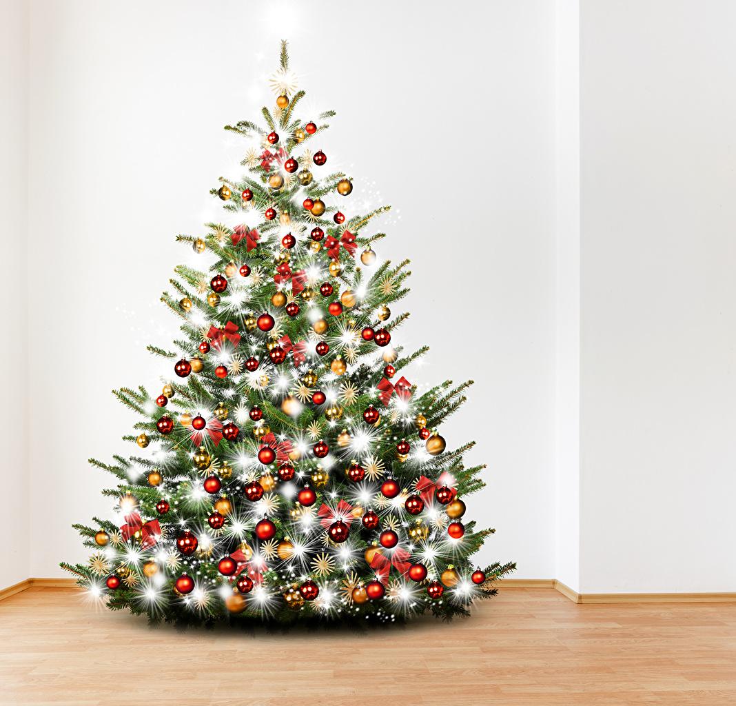 Kugel Für Tannenbaum.Foto Neujahr Tannenbaum Kugeln Lichterkette Feiertage
